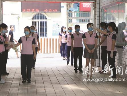 筑校园安全防线 实操演练备开学  湛江市第四小学开展疫情防控应急演练
