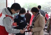 """安徽泗县:超市来了一群""""红马甲"""""""
