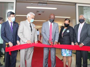 驻特立尼达和多巴哥大使宋昱旻出席特多阿利玛医院和库勒珀立交桥启用仪式