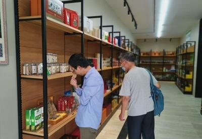 """""""线下营销+直播带货"""" 贵州中药材体验店助推消费扶贫"""