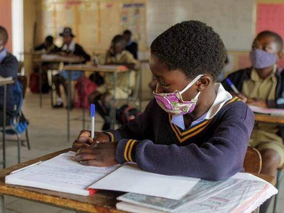 非洲教育和能力建设:中国和印度的故事