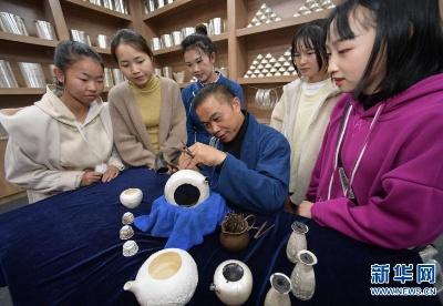 贵州丹寨:扶贫工坊赶制银饰迎苗年