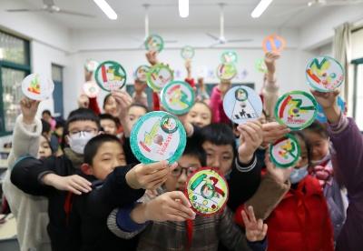 """安徽芜湖:小学生废旧光盘上""""学安全"""""""