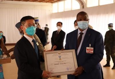 中非总统向中国医疗队授勋 中国大使向中非警察颁发命运共同体奖章