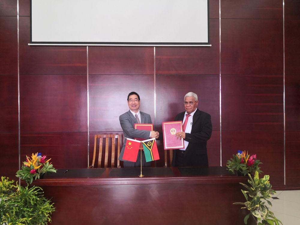 驻瓦努阿图大使周海成出席中瓦经济技术合作协定签署仪式