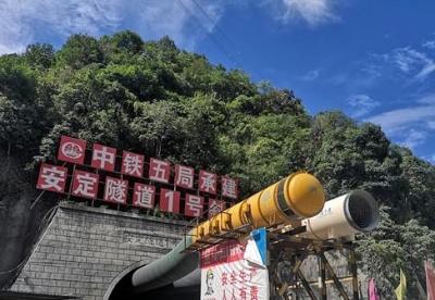中老昆万铁路第一长隧完成无砟轨道施工