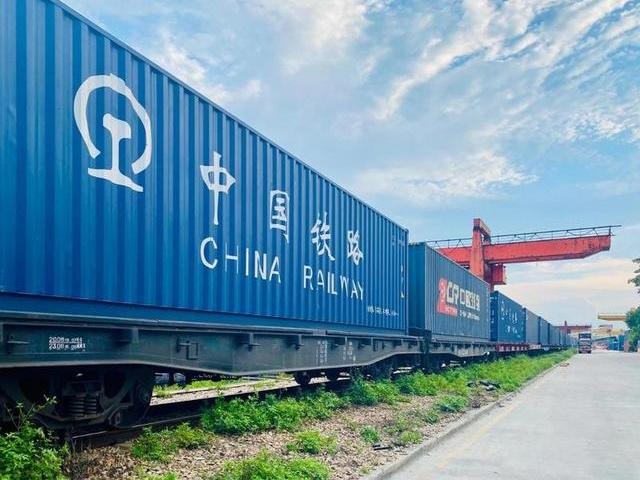 广州首趟出口过境专列发车  中欧班列再添海铁联运新通道