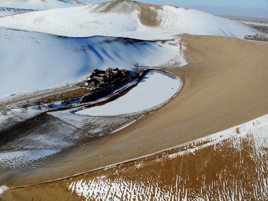 美丽中国:大漠雪景
