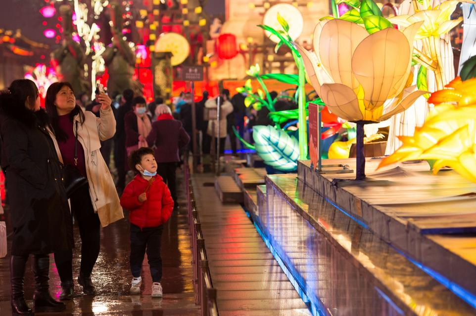 赏彩灯 迎佳节。人们在陕西西安大唐不夜城步行街观赏彩灯。