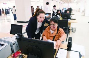 """长春市政务服务大厅实现""""开放式办公、帮办式服务"""""""