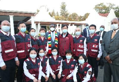 津巴布韦总统:中国专家组将给津抗击疫情带来重要帮助